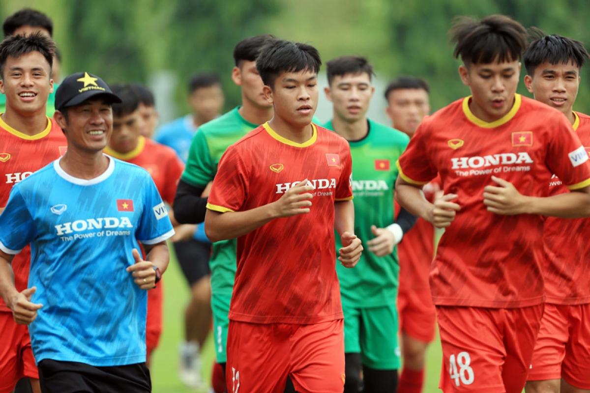 Hữu Thắng và các đồng đội tập thả lỏng sau trận giao hữu với ĐT Việt Nam. (Ảnh: VFF)