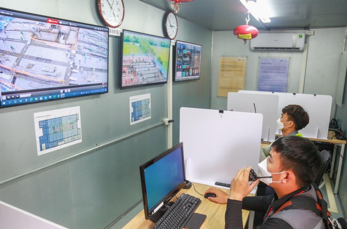 Tại công trường Samsung R&D, nhằm đảm bảo an toàn tối đa trong quá trình xây dựng, Samsung đã lắp đặt và vận hành Phòng kiểm soát an toàn. Tại đây, hệ thống camera CCTV giám sát sẽ ghi lại và hiển thị toàn bộ hình ảnh phản ánh hiện trạng công trường 24/24h giúp phát hiện các điểm rủi ro, đồng thời phân tích rủi ro và yêu cầu kiểm tra dựa trên dữ liệu phân tích.