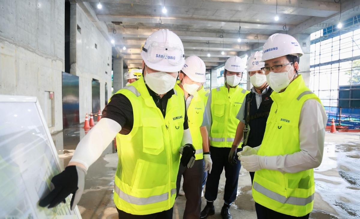 Trước khi tiến tới mốc hoàn thành 50% tiến độ, dưới sự chỉ đạo sát sao của Ban lãnh đạo Samsung Việt Nam, công trình đã luôn được thi công theo đúng kế hoạch như tháng 10/2020, hoàn thiện thi công phần móng; tháng 4 đạt 30% kế hoạch và bắt đầu tiến hành thi công kết cấu tầng nổi.