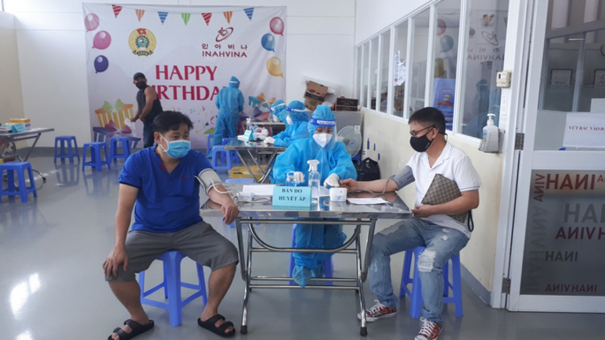 Workers at export processing and industrial zones in Ho Chi Minh City get second dose against COVID-19. (Photo: nld.com.vn)