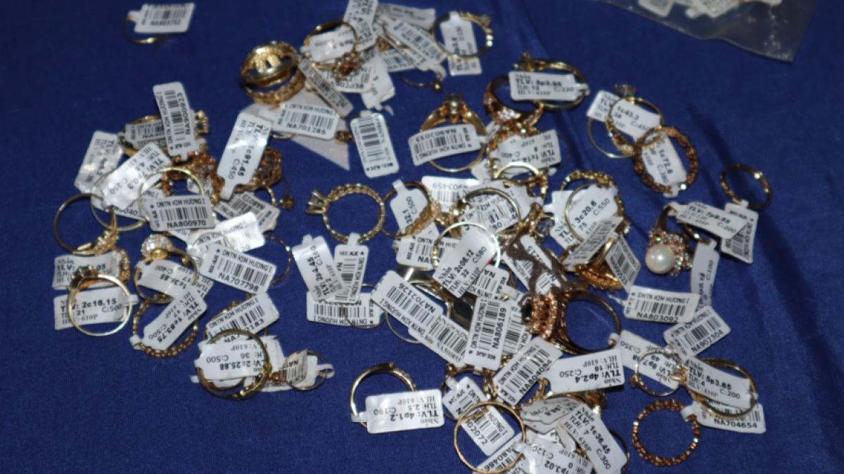 Hàng chục chiếc nhẫn kim loại màu vàng được tìm thấy tại nơi ở của Nhung. (Ảnh: DH)