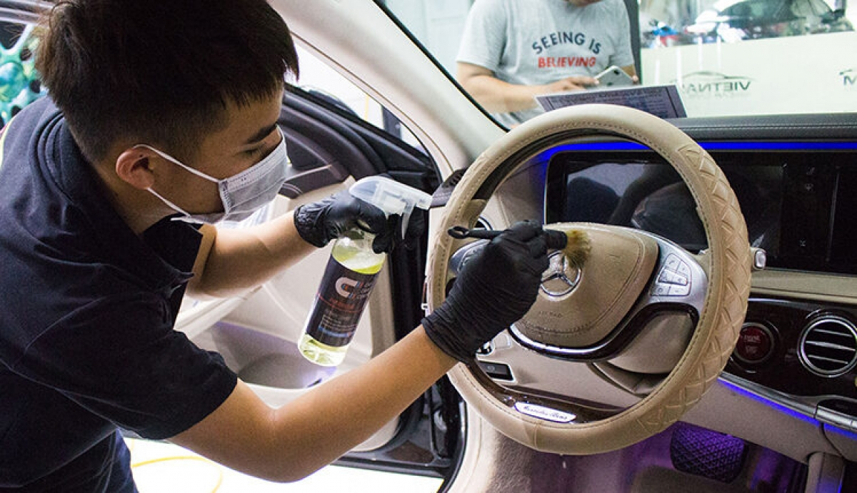 Khi vệ sinh xe bạn nên đeo khẩu trang và găng tay để đảm bảo an toàn.