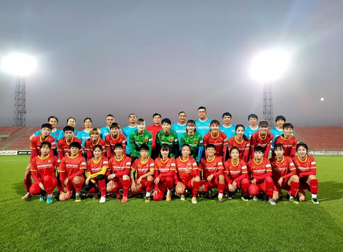 ĐT nữ Việt Nam trong buổi tập đầu tiên tại Tajikistan. (Ảnh: VFF).