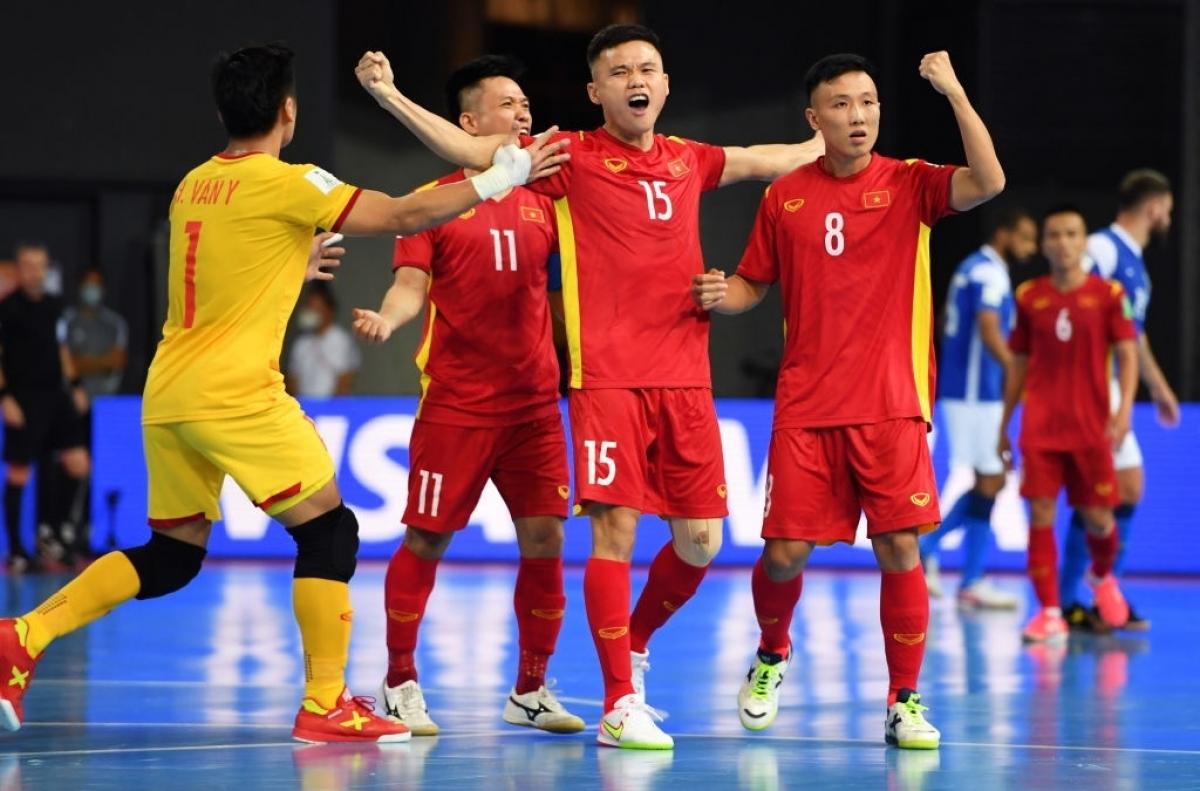 Đến phút 14,Khổng Đình Hùng đã ghi bàn rút ngắn tỷ số xuống 1-3 cho ĐT Futsal Việt Nam sau tình huống phối hợp đá phạt ấn tượng.