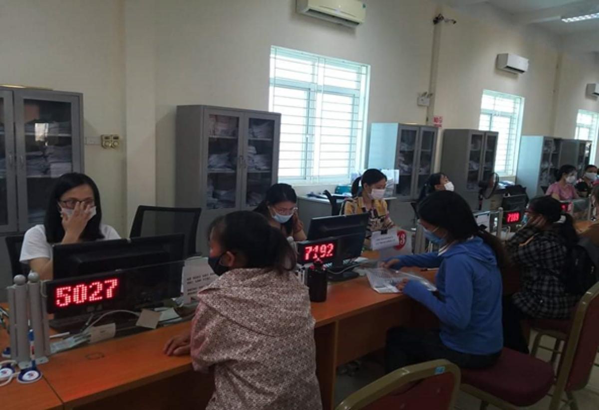 Người lao động làm thủ tục hưởng trợ cấp thất nghiệp tại Trung tâm dịch vụ việc làm Thanh Hóa.