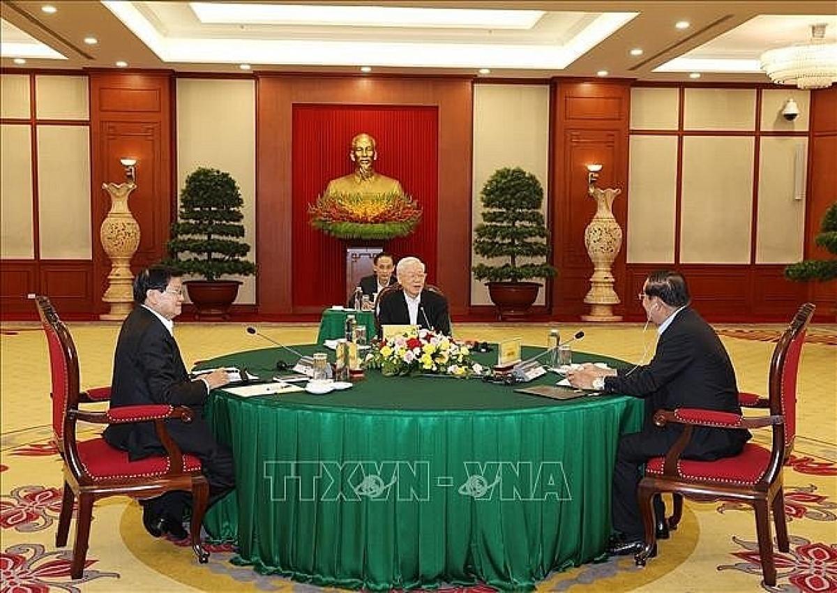 Tổng Bí thư Nguyễn Phú Trọng, Tổng Bí thư Đảng Nhân dân Cách mạng Lào Thongloun Sisoulith và Chủ tịch Đảng Nhân dân Campuchia Hun Sen tại cuộc gặp. (Nguồn: TTXVN)