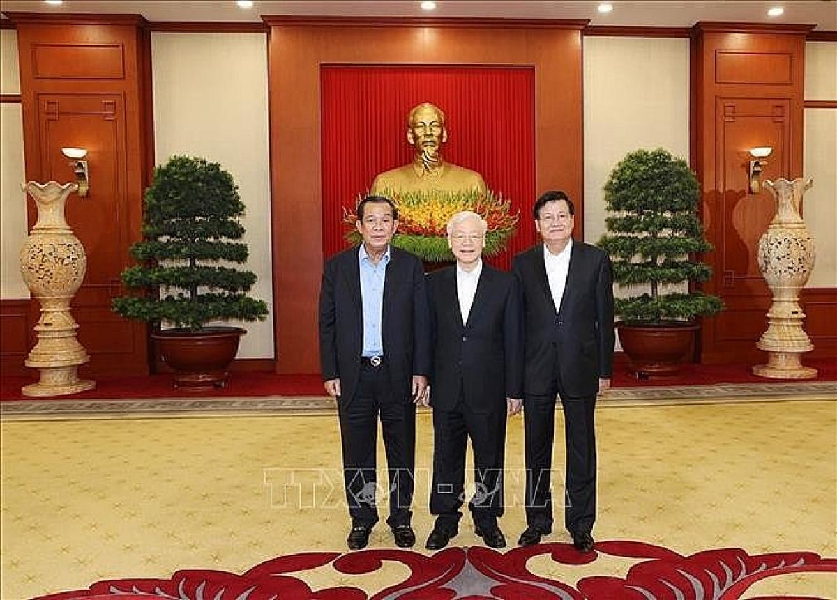 Tổng Bí thư Nguyễn Phú Trọng, Tổng Bí thư Đảng Nhân dân Cách mạng Lào Thongloun Sisoulith và Chủ tịch Đảng Nhân dân Campuchia Hun Sen chụp ảnh chung. (Nguồn: TTXVN)