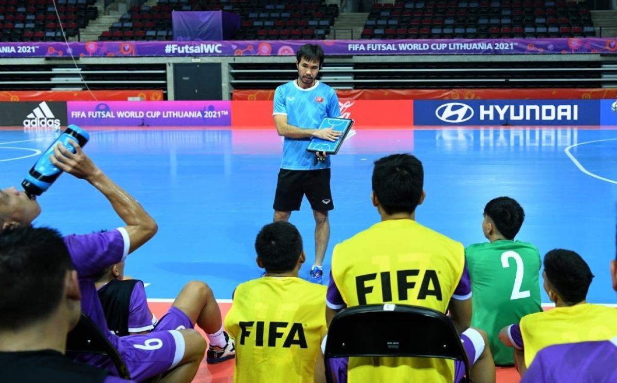 Thầy trò HLV Phạm Minh Giang đã sẵn sàng cho trận đấu lịch sử với Brazil. (Ảnh: Getty).