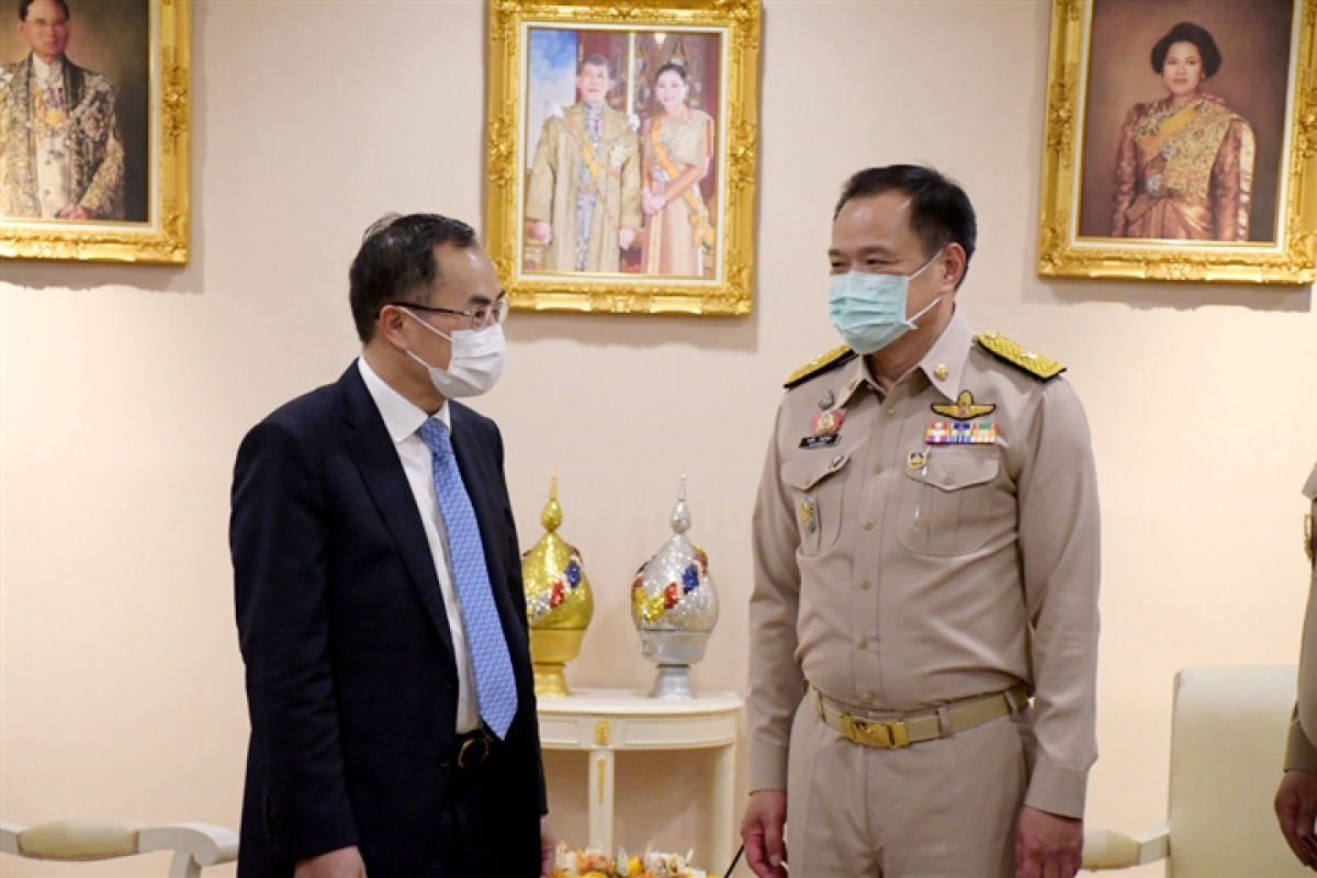 Vietnamese Ambassador to Thailand Pham Chi Thanh (L) pays a visit toDeputy Prime Minister and Public Health Minister Anutin Charnvirakul to discuss medical cooperation between the two countries.