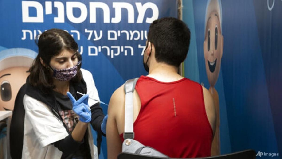 Một người đàn ông Israel tiêm mũi tăng cường ở Jerusalem ngày 30/8. Ảnh: AP