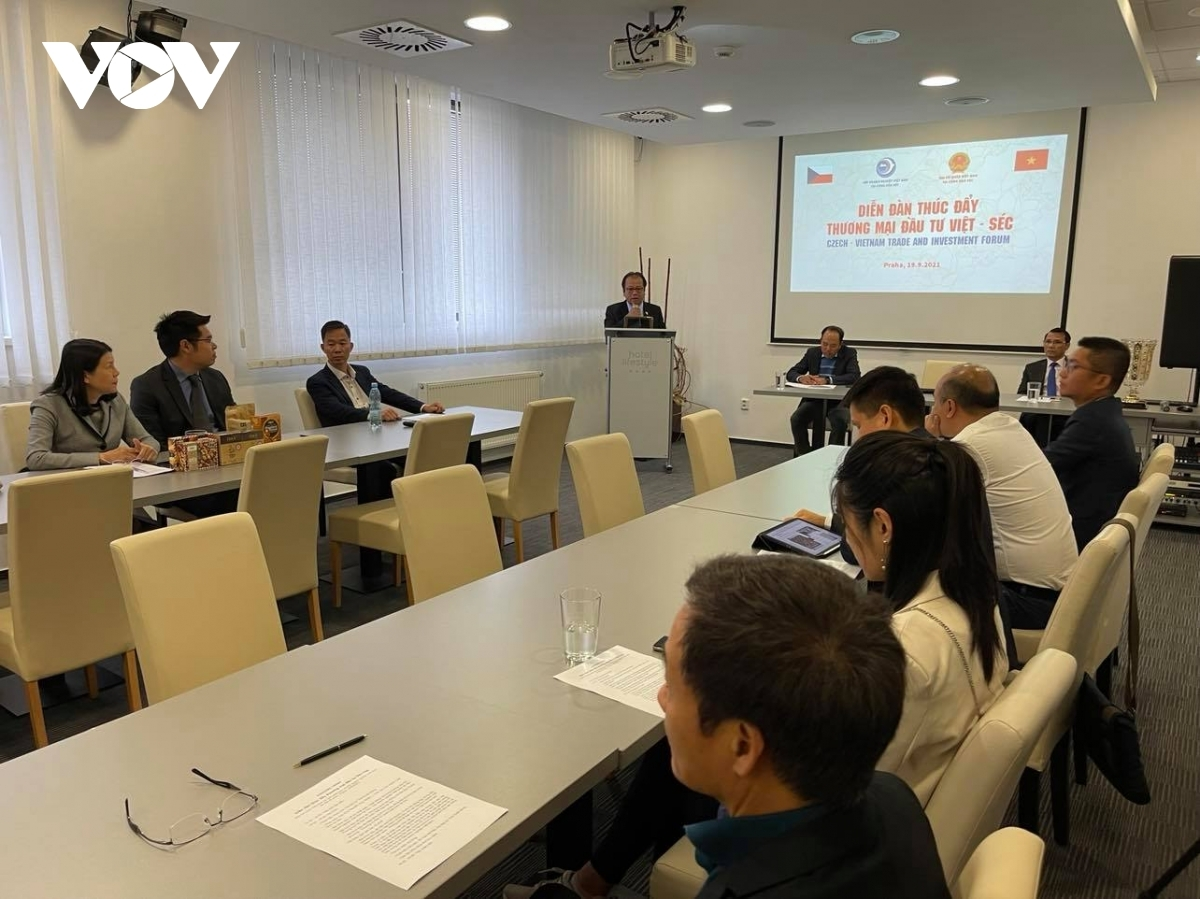 Businesses attending the forum share experiences to help enhanve trade and investment ties between Vietnam and the Czech Republic.