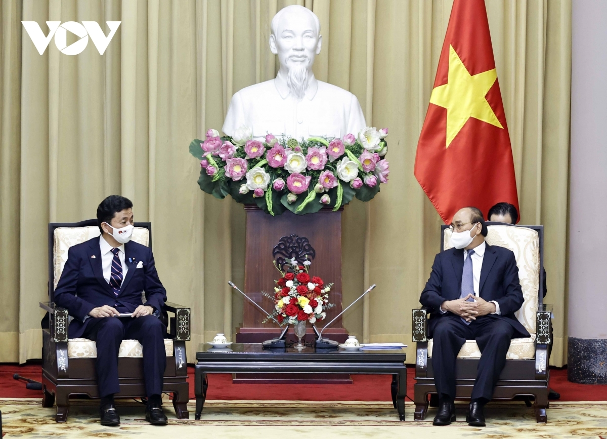 State President Nguyen Xuan Phuc (R) receives Japanese Defence Minister Kishi Nobuo