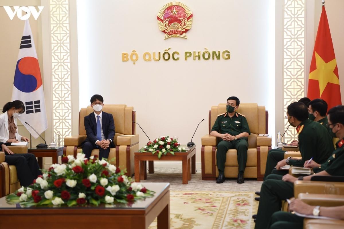 Defence Minister Phan Van Giang (R) receives RoK Deputy Defence Minister Park Jae-min