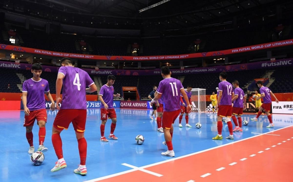 ĐT Futsal Việt Nam khởi động trước trận. (Ảnh: Getty).
