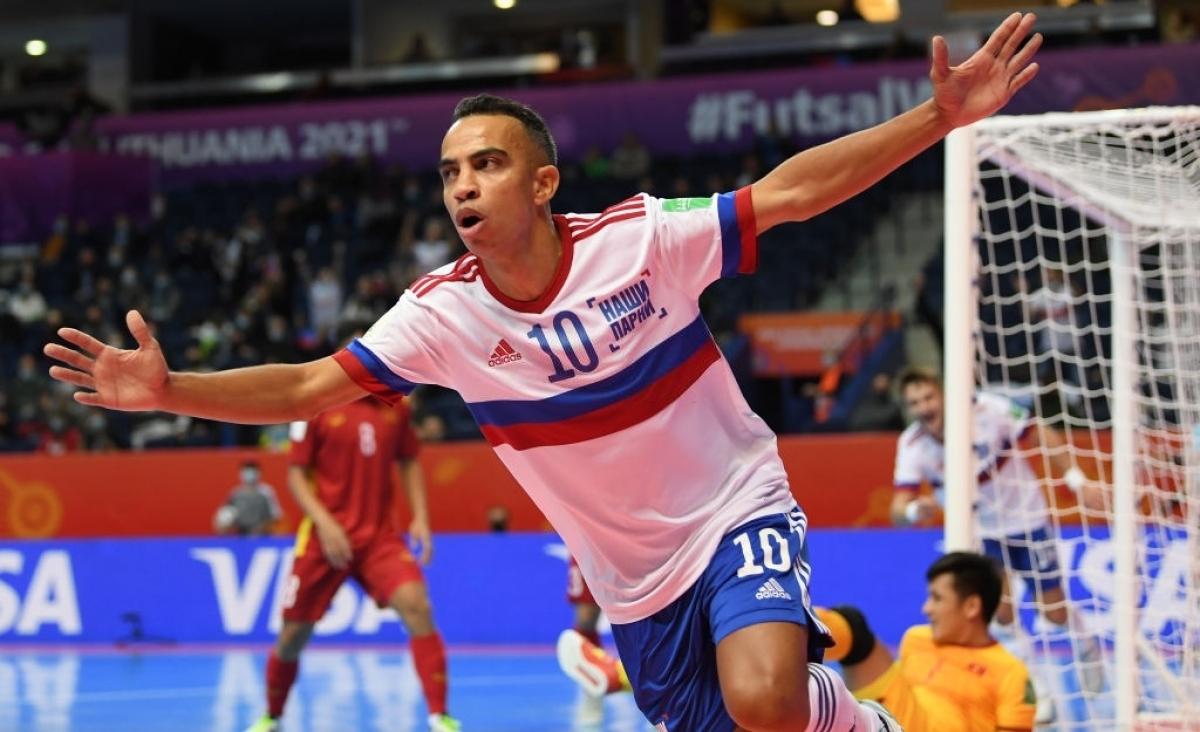 Robinho ăn mừng bàn mở tỷ số cho ĐT Futsal Nga. (Ảnh: Getty).