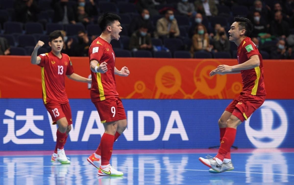 Niềm vui của Đắc Huy sau bàn thắng rút ngắn tỷ số xuống 1-2. (Ảnh: Getty).