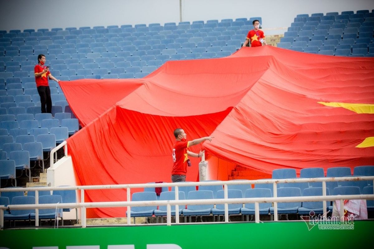Local fans prepare a large-size national flag as a special gift to the national squad.