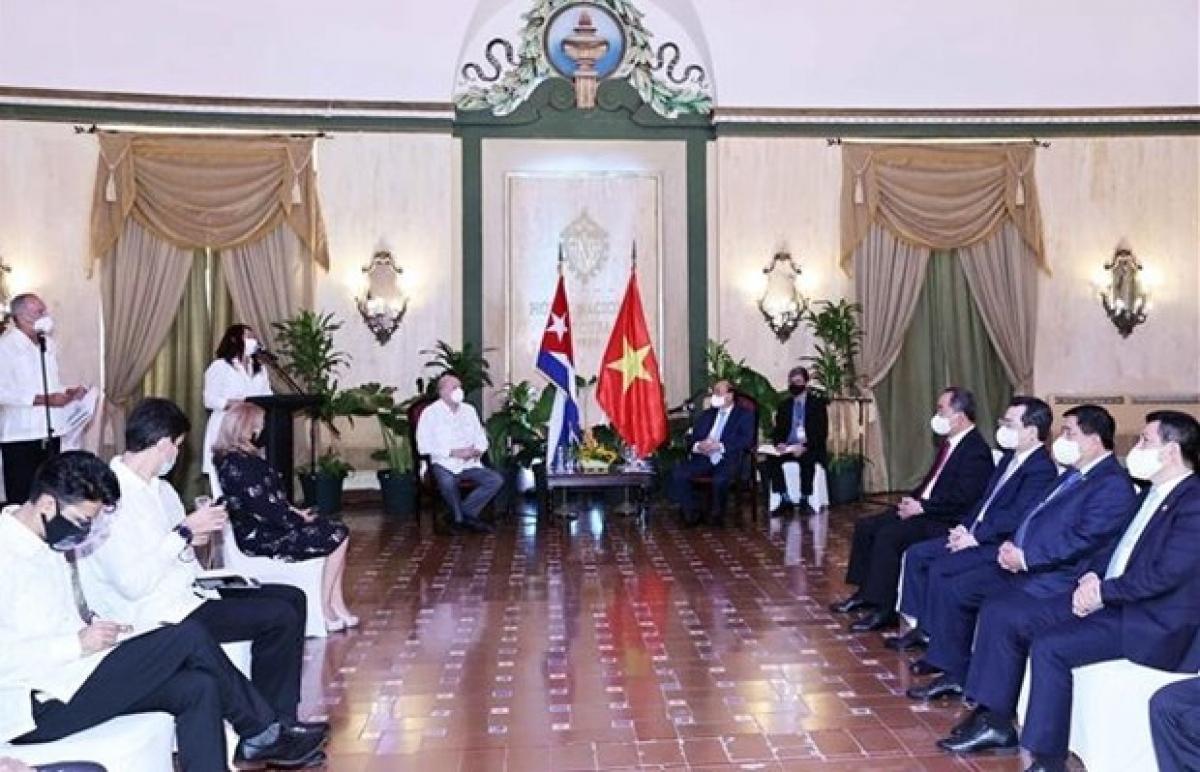 President Nguyen Xuan Phuc (right) receivesCuban Minister of Foreign Trade and Investment Rodrigo Malmierca Díaz.