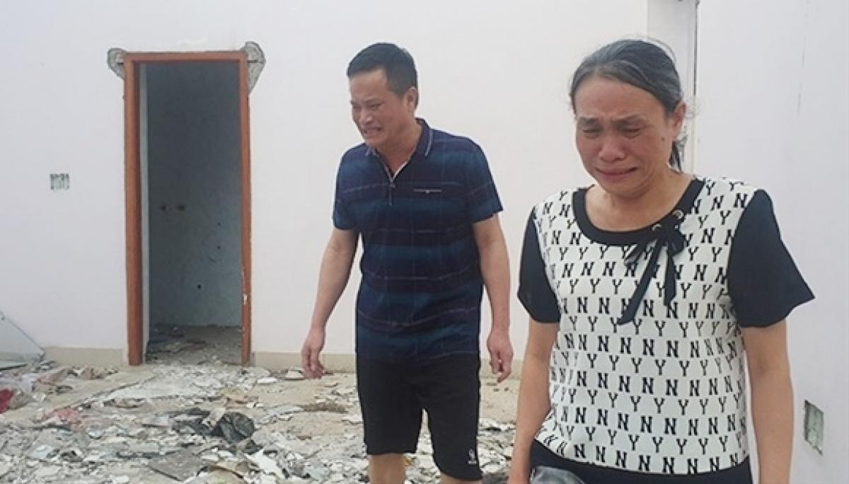 Ông Nguyễn Văn Lẫm và bà Phạm Thị Quyết khi quay trở lại công ty Lâm Quyết đã bị tan hoang.