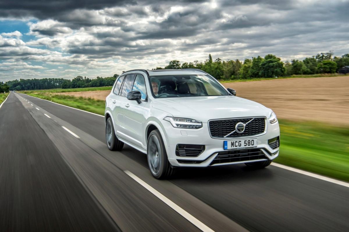 9. Volvo XC90 Recharge T8 Chiếc SUV cỡ lớn XC90 của Volvo vừa được ra mắt thêm bản lai điện Recharge T8 với khả năng tiêu thụ chỉ 4,28 lít xăng cho 100 km đường hỗn hợp. Xe dùng động cơ bốn xi-lanh, tăng áp kết hợp cùng mô-tơ điện, tạo công suất cực đại 400 mã lực, đi kèm là hộp số 8 cấp tự động.