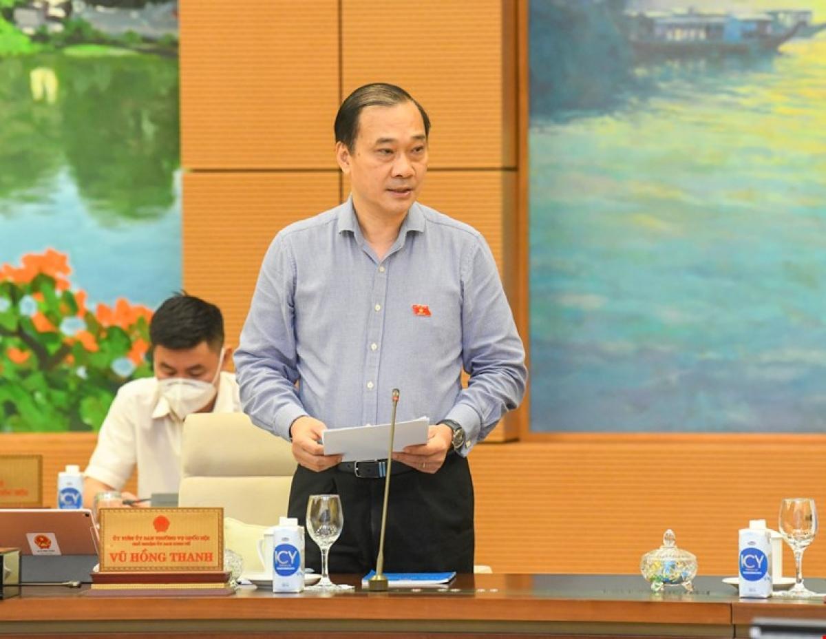 Chủ nhiệm Ủy ban Kinh tế của Quốc hội Vũ Hồng Thanh - Phó Trưởng đoàn Thường trực Đoàn giám sát trình bày các văn bản liên quan. Ảnh: Quốc hội