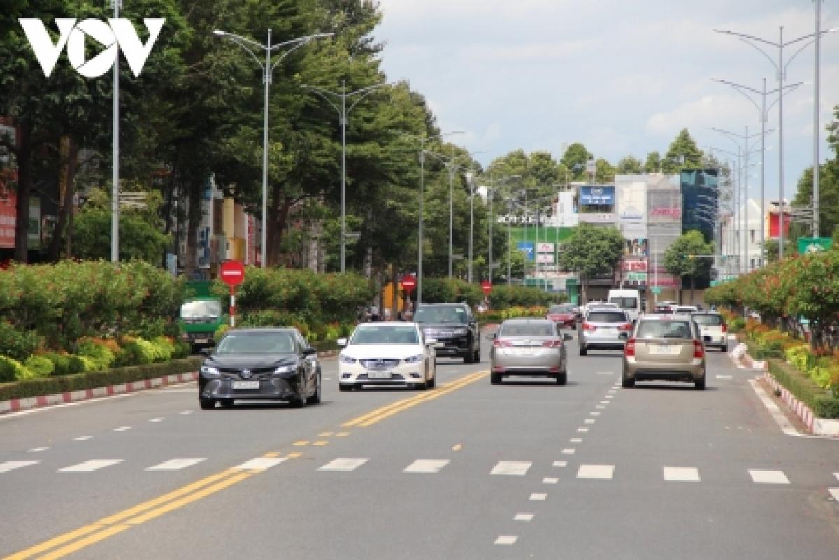 Nhiều ô tô ở TP Vũng Tàu đổ ra đường sau khi địa phương này áp dụng giãn cách theo Chỉ thị 15