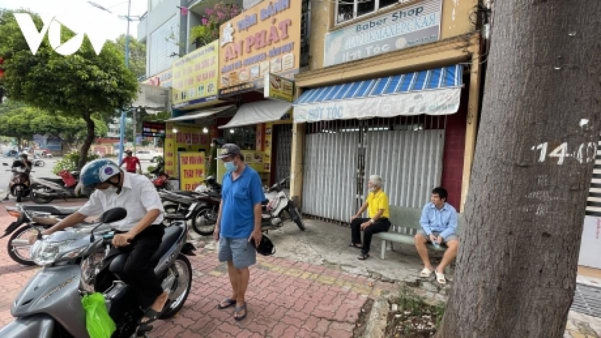Tiệm cắt tóc trên đường Nguyễn Văn Trỗi, TP Vũng Tàu vẫn đóng cửa, nhiều khách hàng phải quay về