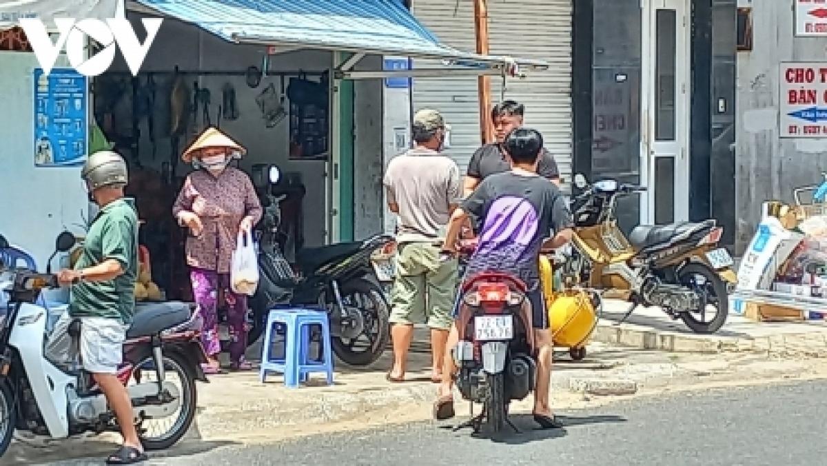Người dân ở Vũng Tàu ra đường mua hàng hoá thiết yếu