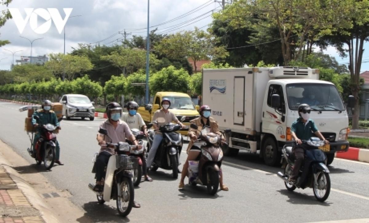 Người dân ở Xuyên Mộc ra đường sau khi địa phương này áp dụng Chỉ thị 15