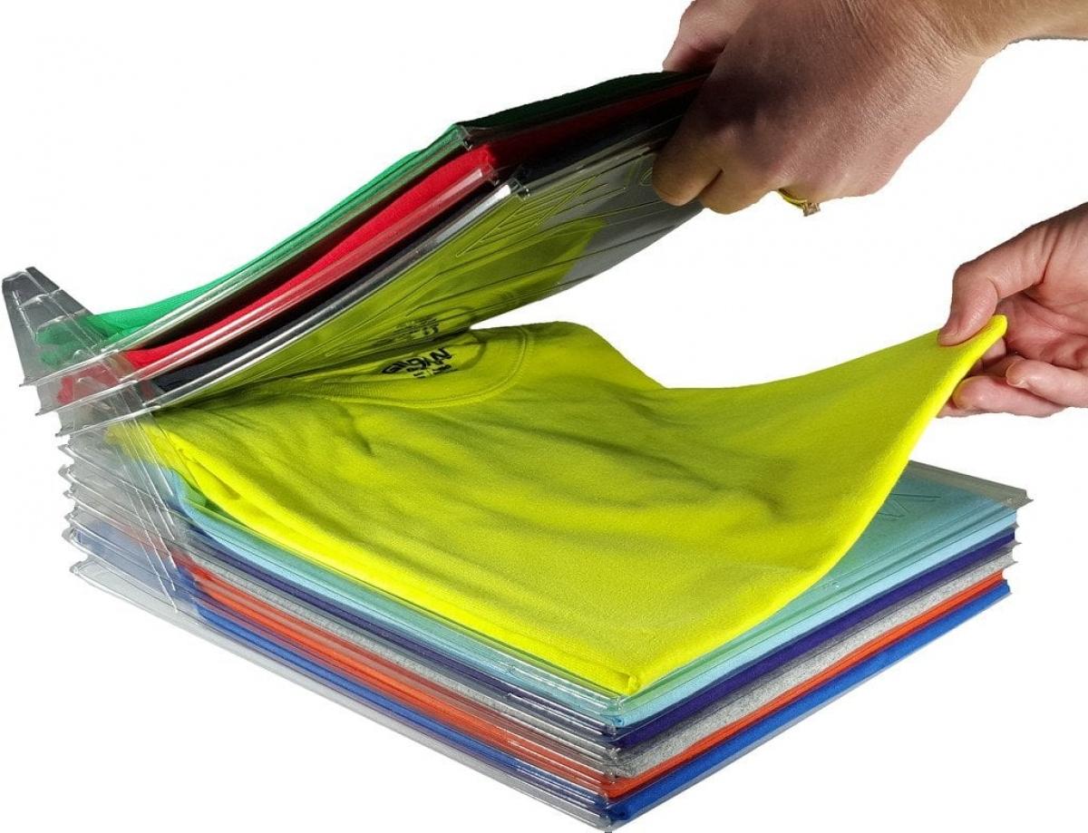 Nếu là tín đồ của áo phông, những khay nhựa dẹo như này có thể giúp bạn phân chia và chọn lựa áo dễ dàng hơn.