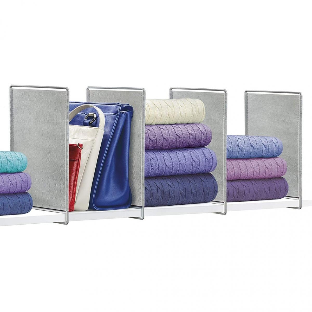 Khi tủ quần áo có quá nhiều đồ đạc, hãy chia ngăn để có thể xắp sếp dễ dàng hơn. Những ngăn di động này có thể phù hợp với nhiều kích thước kệ.