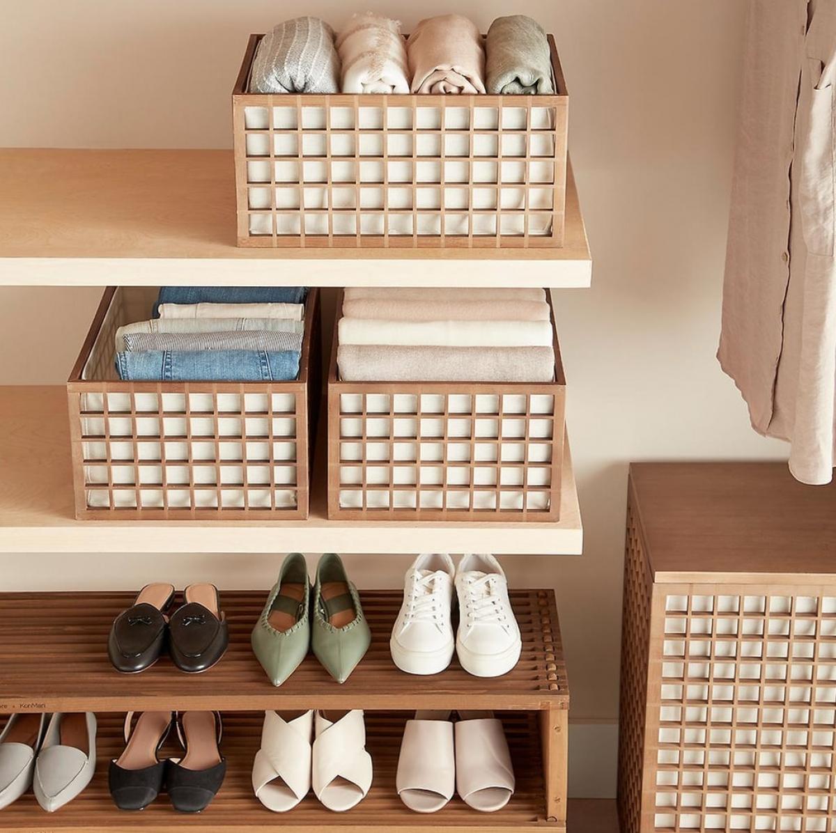 Những chiếc hộp, giỏ cũng là vật dụng tiện lợi nếu bạn không muốn chia ngăn.