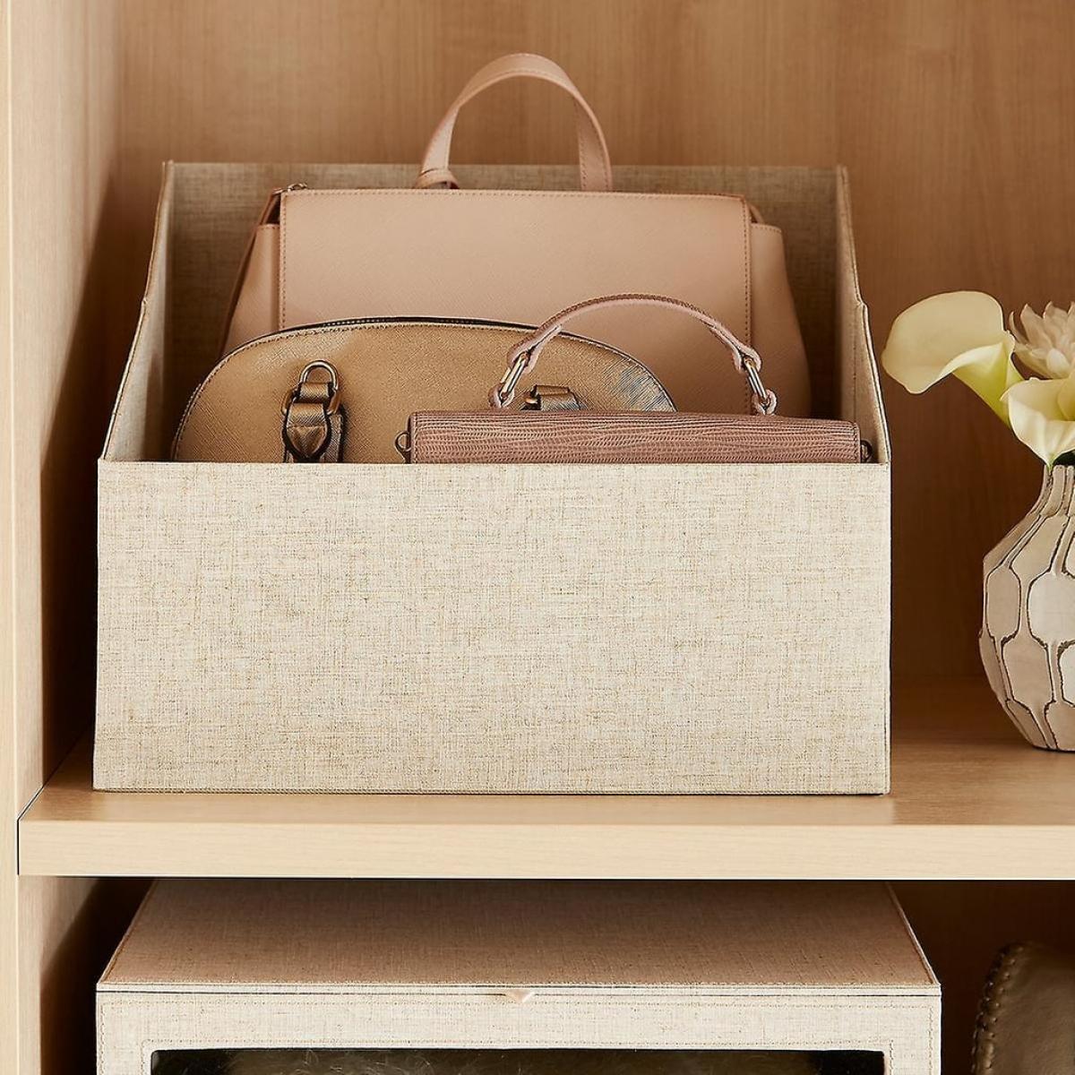 Túi xách nên được cho vào những chiếc hộp, vừa giữ được dáng túi, vừa không lộn xộn trong tủ quần áo của bạn.