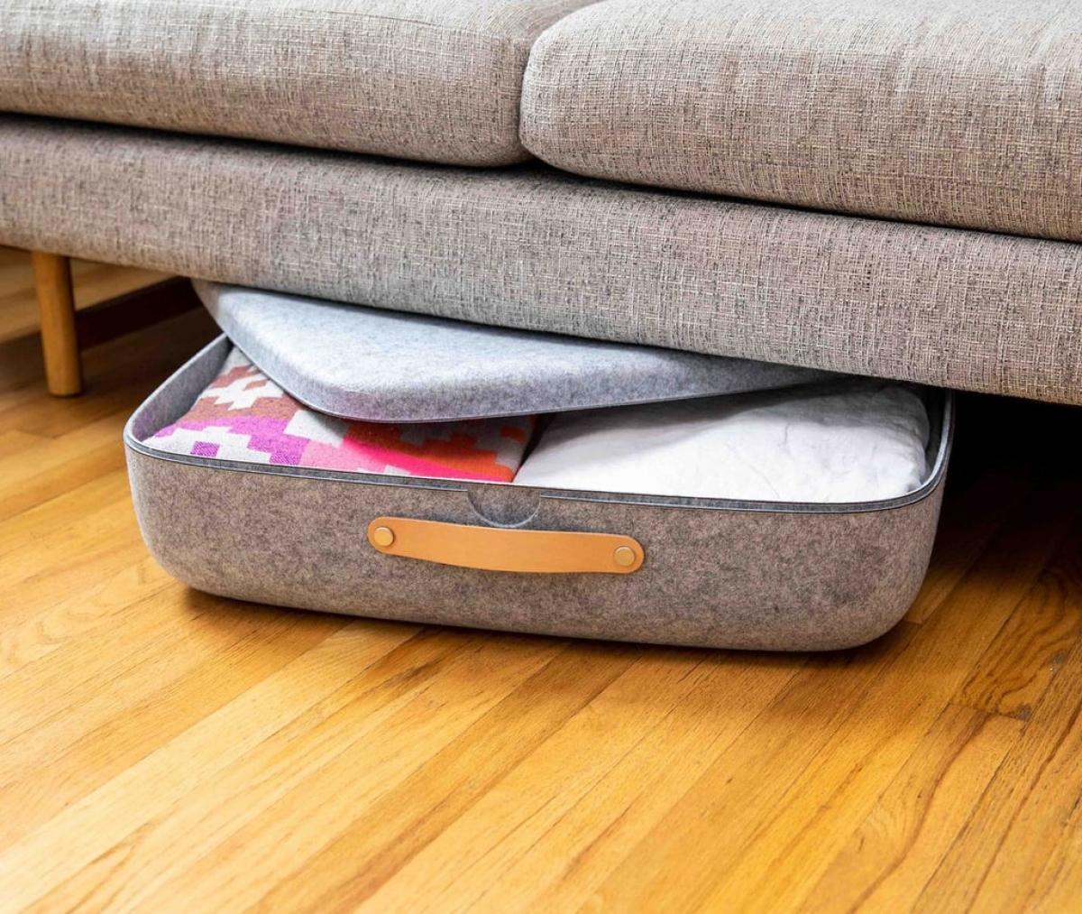 Trong những căn hộ nhỏ, không có nhiều không gian để bày biện đồ đạc, bạn hãy cất bớt đồ đạc trong những chiếc hộp nhỏ và chỉ mang ra khi cần.