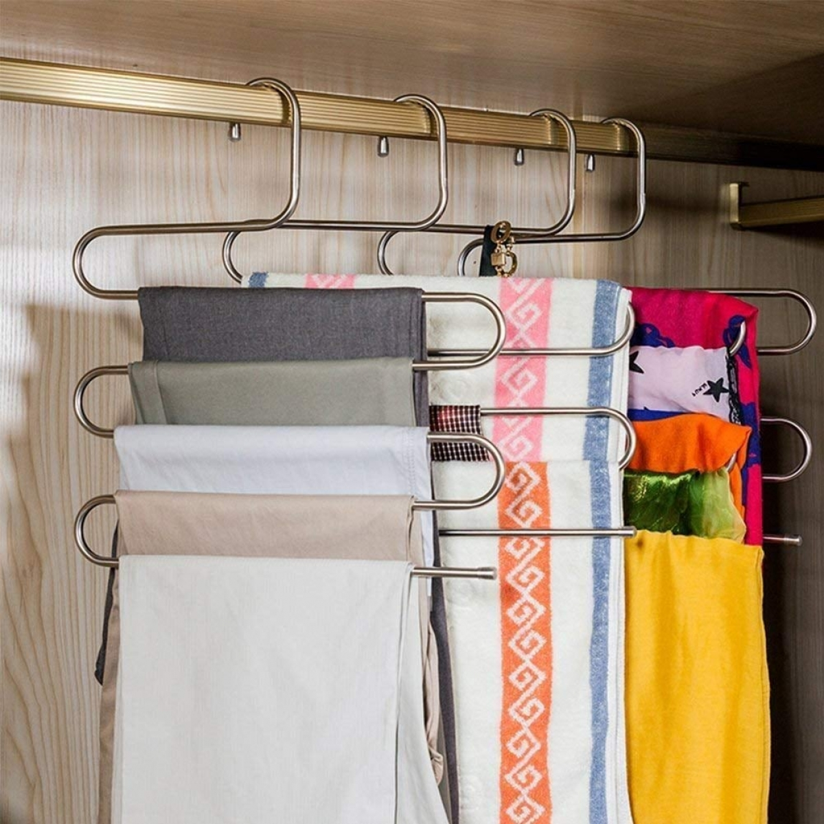 Những chiếc móc uốn cong này rất tiện lợi để bạn có thể treo quần, khăn mà không chiếm quá nhiều diện tích trong tủ quần áo.