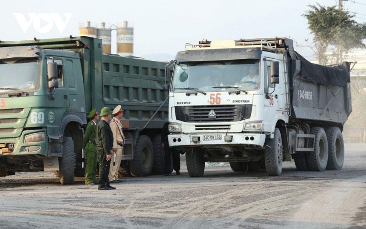 Lực lượng chức năng tỉnh Hải Dương xử lý xe quá tải gia tăng trở lại trên các tuyến quốc lộ.
