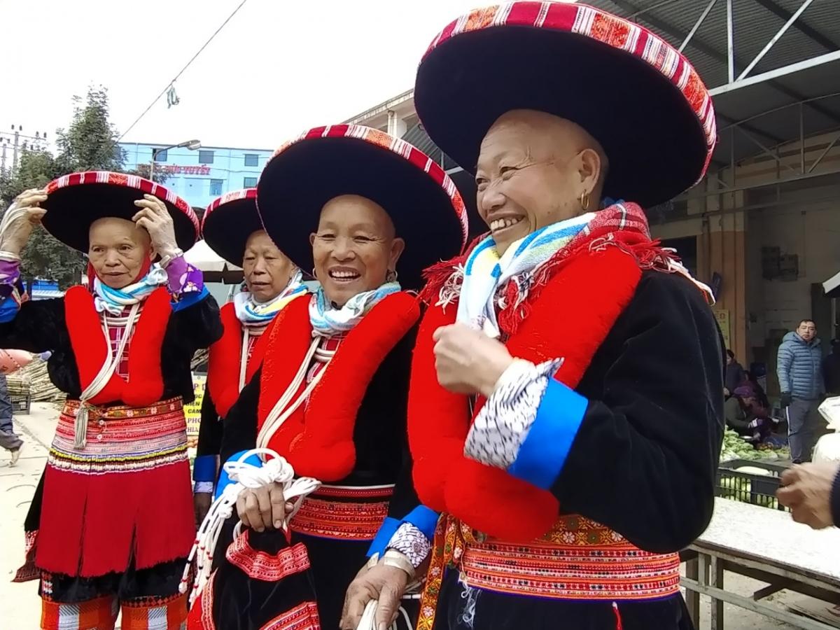 Phụ nữ Dao đỏ rạng rỡ trong trang phục truyền thống. Ảnh: Hồng Son