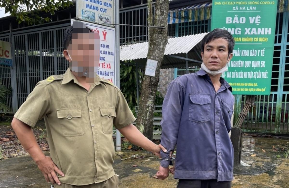 Lực lượng chức năng bắt giữ đối tượngTô Vũ Tuấn (29 tuổi, trúthôn 6, xã Đa Kia, huyện Bù Gia Mập, tỉnh Bình Phước).