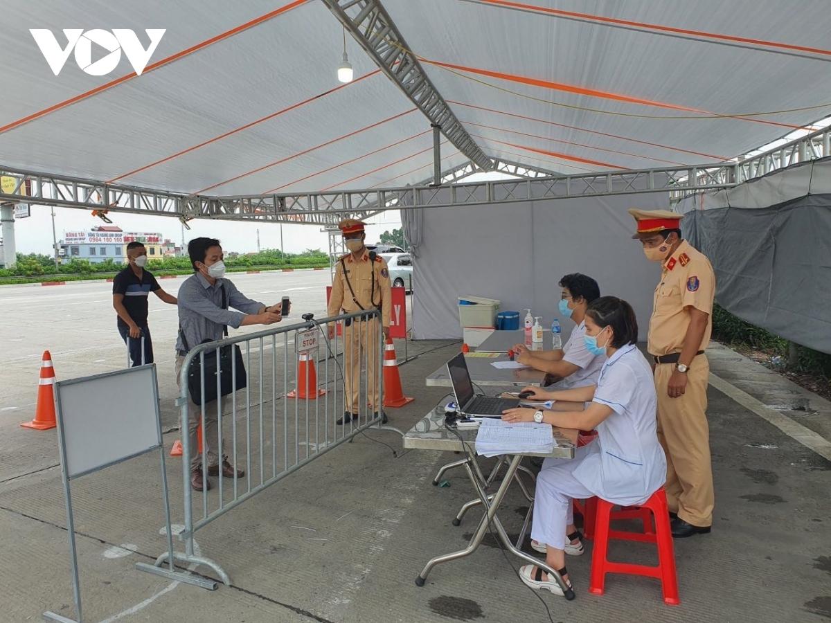 Người dân vào khai báo y tế tại chốt kiểm soát trên cao tốc Pháp Vân - Cầu Giẽ.