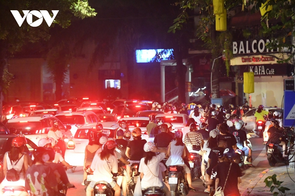Hình ảnh hàng ngàn người đổ về trung tâm Hà Nội đêm Trung thu bất chấp những cảnh báo về dịch bệnh vẫn còn hiện hữu.