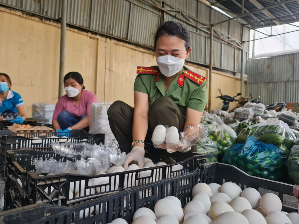Công an Bình Phước hỗ trợ lương thực, thực phẩm để chuyển ra tuyến đầu tặng Công an TP.HCM
