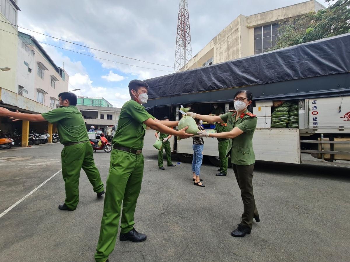 Lực lượng Công an TP.HCM xúc động nhận các món quà từ những người đồng chí ở Bình Phước