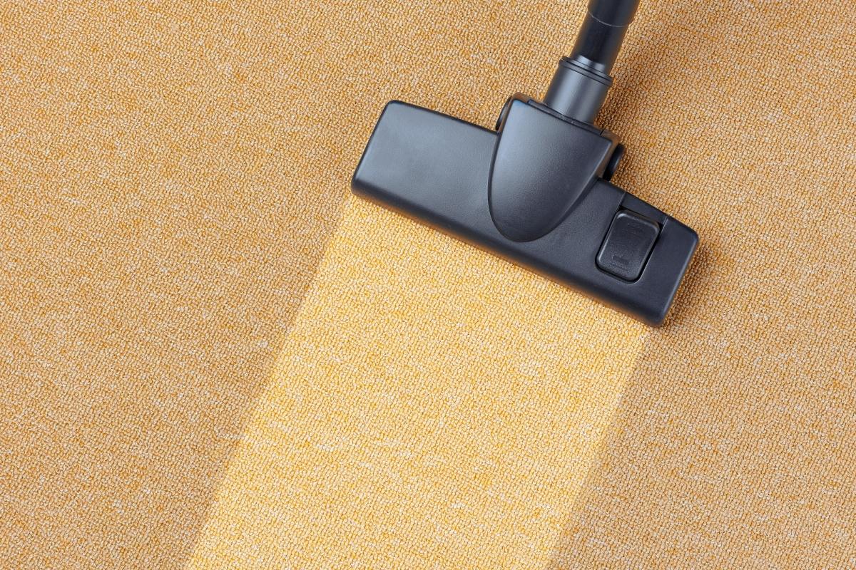 Bên cạnh việc giữ lại bụi bẩn thì việc vệ sinh những tấm thảm trải sàn cũng hết sức đơn giản, dễ dàng.
