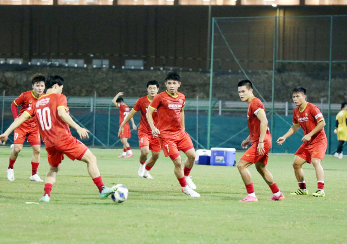 Que Ngoc Hai trains alone after suffering from an injury. However, Hai will still be able to take part in the upcoming game against Oman.