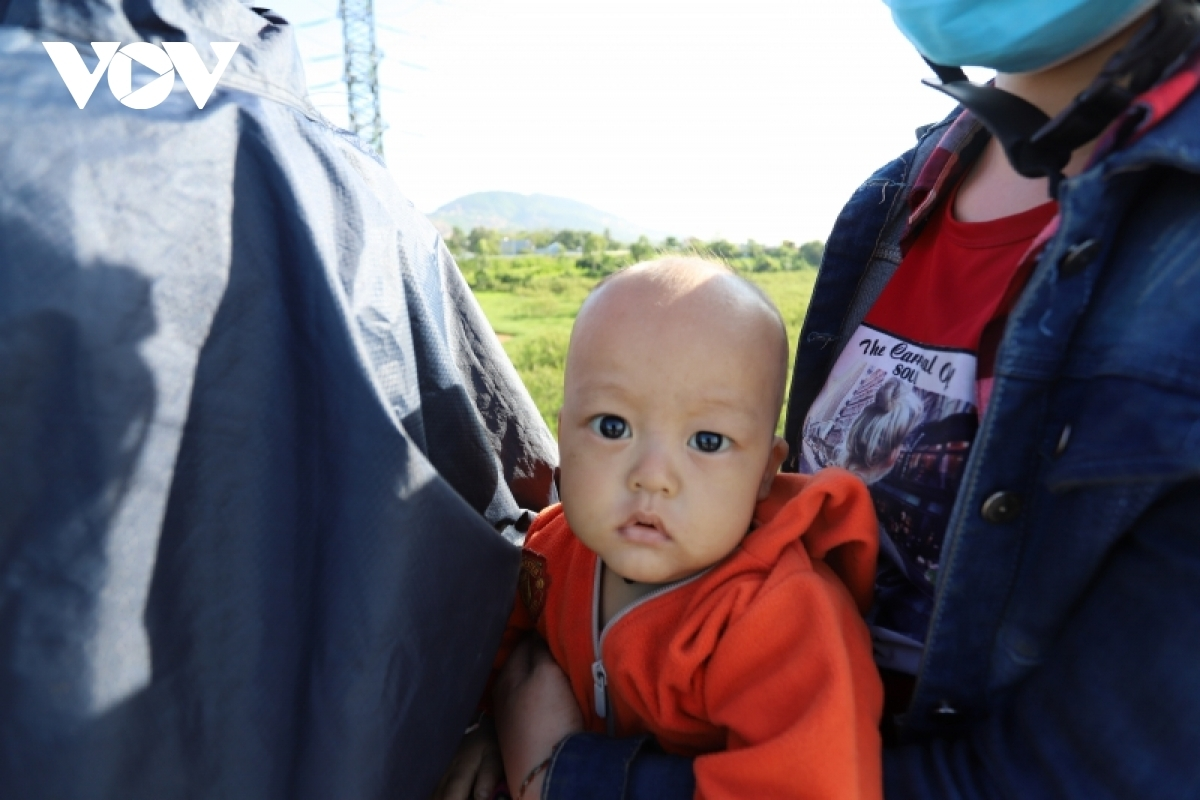 A child feels exhausted as he moves thousands of kilometres to return back to his hometown together with his parents..