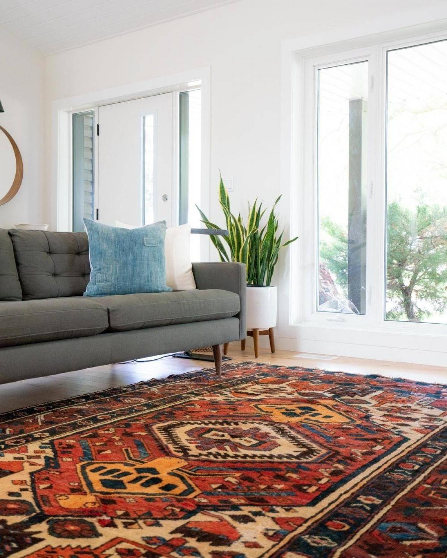 Nếu gia đình bạn sử dụng sàn gỗ thì một chiếc thảm trải sàn sẽ giúp cho sàn gỗ bền lâu hơn và tránh được những vết xước không mong muốn.