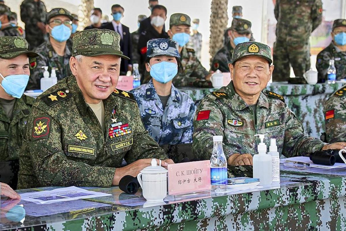 Bộ trưởng Quốc phòng Nga Sergei Shoigu (trái) và Bộ trưởng Quốc phòng Trung Quốc Ngụy Phượng Hòa theo dõi cuộc tập trận chung ngày 13/8/2021. Ảnh: AP
