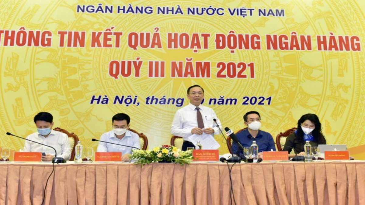 Dao Minh Tu (standing), Deputy Governor of the State Bank of Vietnam, speaks at a recent press briefing.