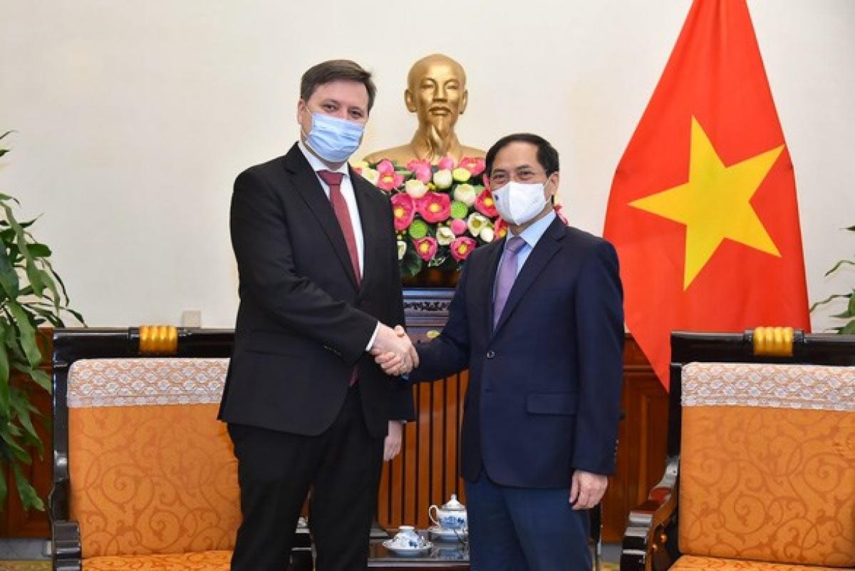 Vietnamese Foreign Minister Bui Thanh Son (R) welcomes Polish Ambassador to Vietnam Wojciech Gerwel. (Photo: Foreign Ministry)