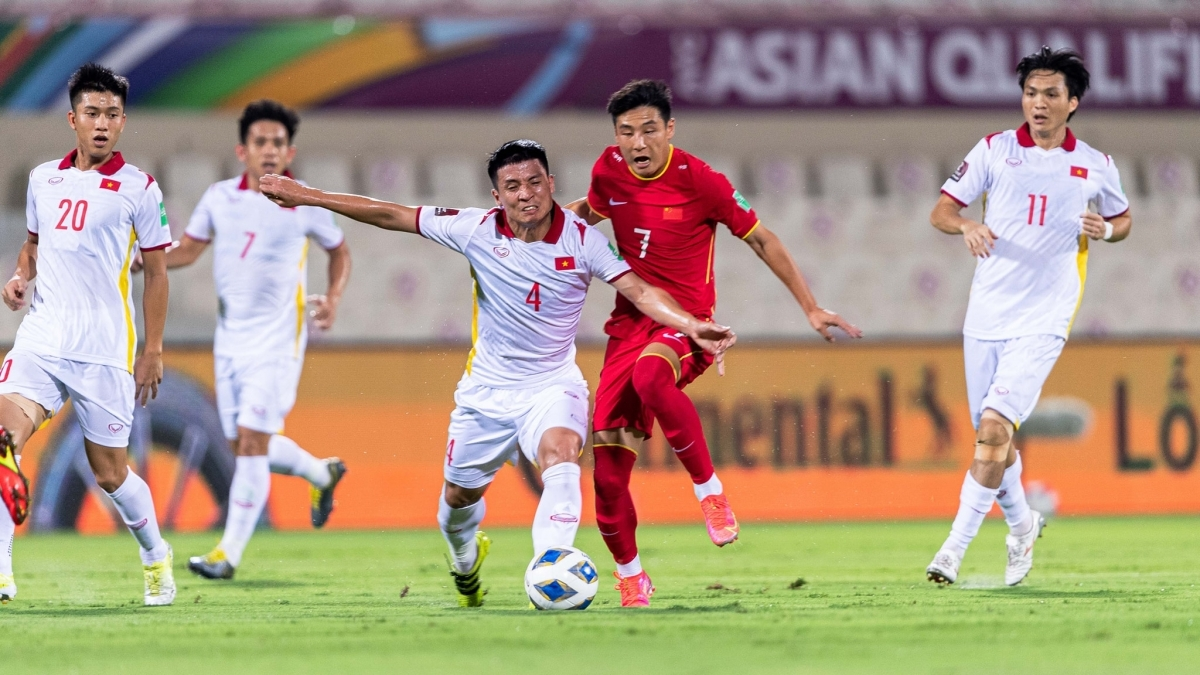 Vietnamese players (in white jersey) lose 2-3 to Chinese opponents in UAE on October 7. (Photo: VFF)